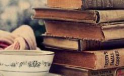 Foto van kop koffie en stapel boeken